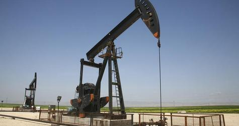 An oil pump jack pumps oil in Al-Jbessa oil field in Al-Shaddadeh town of Al-Hasakah governorate April 2, 2010.  REUTERS/Stringer (SYRIA - Tags: BUSINESS ENERGY) - RTR45V6M